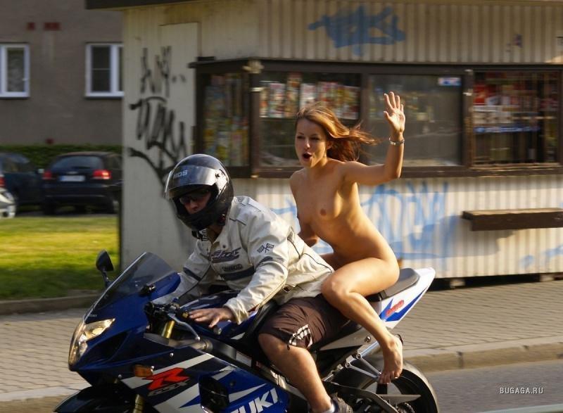 foto-golaya-grudastaya-na-mototsikle